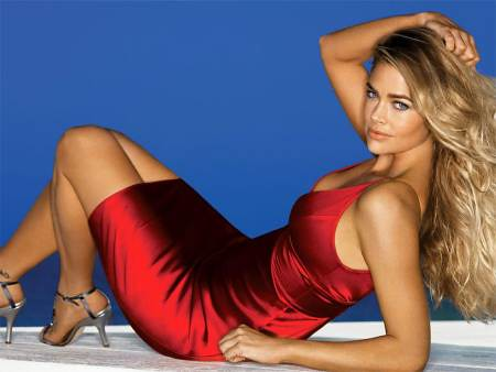 Denise-Richards-vestido-rojo