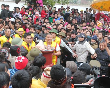 6794338471 f8e6543588 Lễ hội Chạy lợn ở Hà Nội Nóng bừng 3 phút mổ lợn khao quân