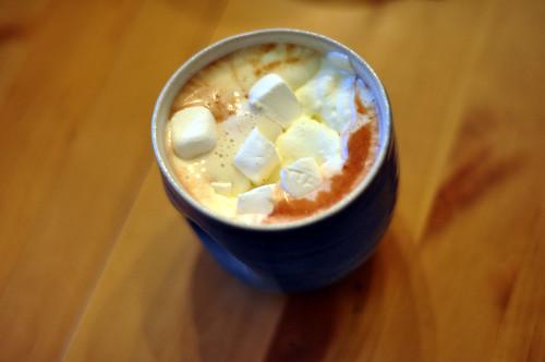 Varm kakao med flødeskum og skumfiduser