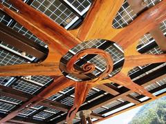 太陽能板搭配漂流木做的太陽裝飾