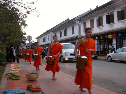 Ronda de monjes por las calles de Luang Prabang