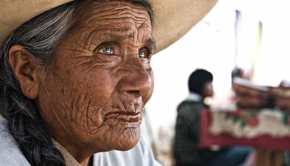 Gentilmente esta vendedora me ofrece una foto a cambio de la compra de sus hierbas medicinales. Curan desde la hipertensión, hasta la soltería. Cachi, Argentina. (Guillermo Morales)