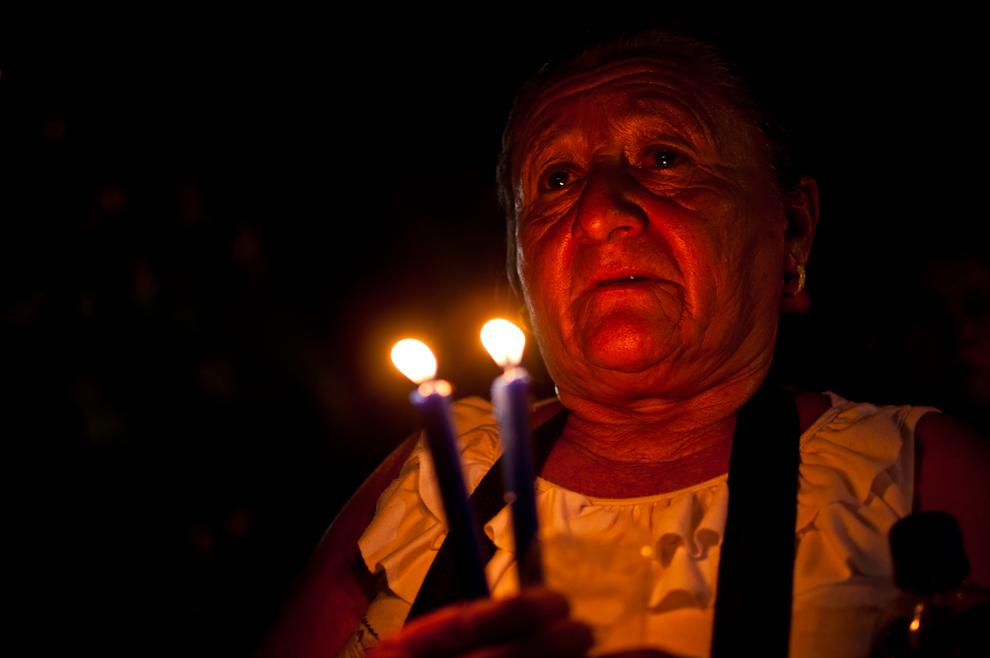 Una señora reza las oraciones durante la víspera del 8 de Diciembre en el novenario en honor a la Virgen de Caacupé, a pesar de la intensa fatiga por la peregrinación mucha gente emplea sus fuerzas restantes para rogar un milagro a la Virgen o agradecer por los favores recibidos. (Elton Núñez)