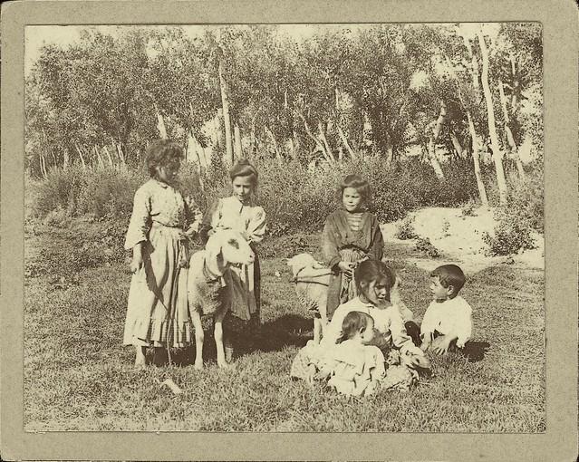 Niños en el soto del Tajo en Toledo a comienzos del siglo XX. Fotografía de Pedro Román Martínez. Centro de Estudios Juan de Mariana. Diputación de Toledo