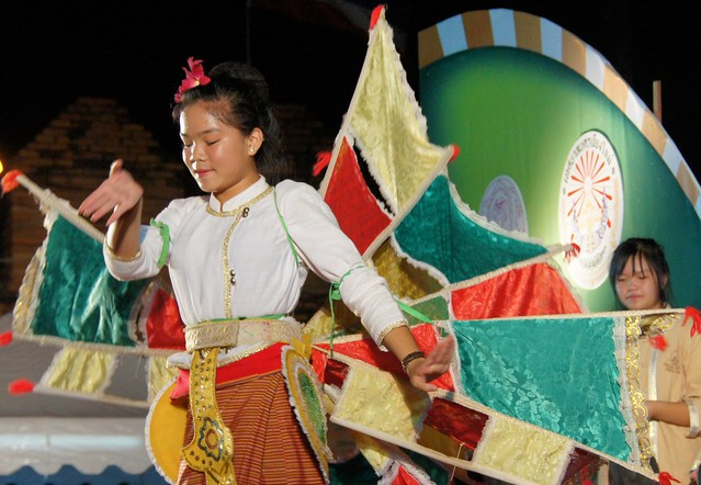 Chiang Mai cultural performance by flickr user NomadicSamuel