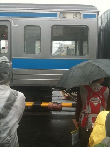 踏切内で電車が謎の停止