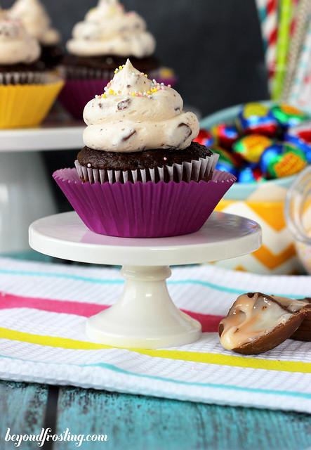 Cadbury Creme Egg Frosting | beyondfrosting.com | #cadbury #easter