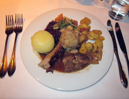 Kalbsschlegel, Knödel, geröstete Kartoffeln, Apfel-Zimt-Blaukraut & Chili-Vanillegemüse / Variations of beef with dumplings, vegetables & potatoes
