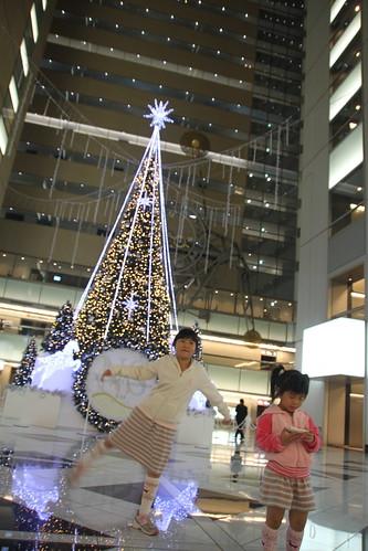 NS Building 大廳裡的美美聖誕樹