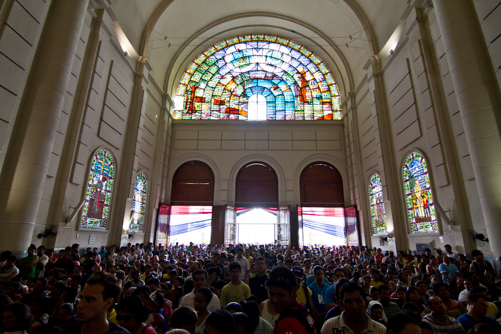 En el día de la Virgen, luego de finalizar la misa principal, cientos de personas ingresaban al interior de la Basílica. (Tetsu Espósito)