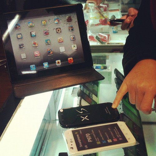 Mobile vendor using iPad to sell android phones