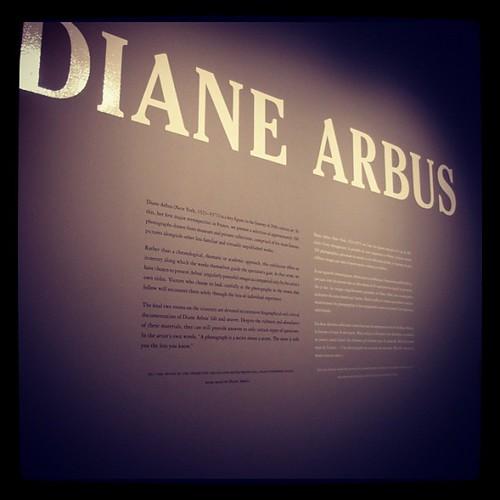 下午去看了攝影大師Diane Arbus的攝影展,一口氣能欣賞到她大半以上的作品,實在很感動且興奮。很努力地,一幅幅看著,精神心靈都很飽滿。