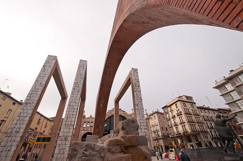 Alegoría de la Puerta de la Paz y estatua del Emperador Augusto en Zaragoza