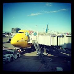 そろそろ搭乗。ポケモン飛行機に息子のテンションあがってます。