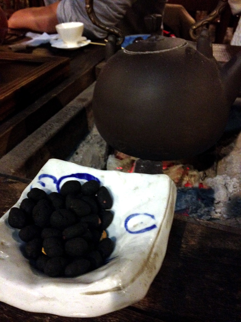 Charcoal Peanuts with Oolong Tea
