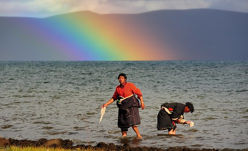 A rainbow appeared on Lake Manasarovar, Tibet