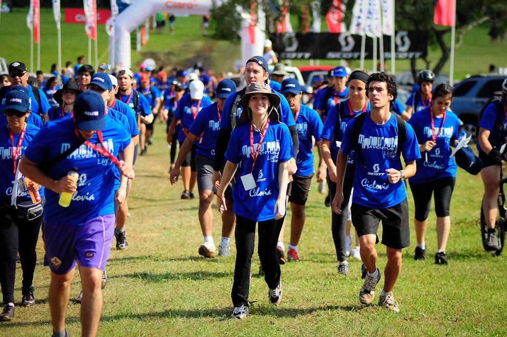 Participantes de la competencia en su categoría Trekking inician su avance hacia los primeros tramos rumbo al recorrido de aproximadamente 10 kilómetros por las serranías de Piribebuy. (Elton Núñez)