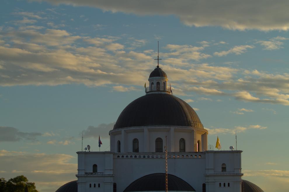 Amananece en Caacupé el 8 de Diciembre, a pocos minutos de la misa principal realizada a las 6 de la mañana, el cielo detrás de la Basílica nos regalaba estos colores. (Tetsu Espósito)