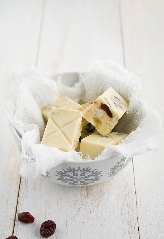 Turron de chocolate blanco, grosellas y avellanas