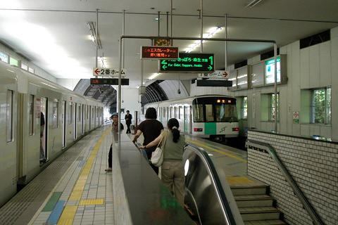 ゴムタイヤ式の札幌市営地下鉄が開業40周年