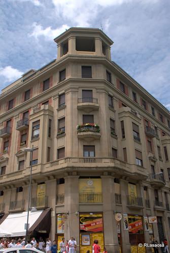 Edificio situado en la confluencia de la avenida de Roncesvalles con la calle Amaya.