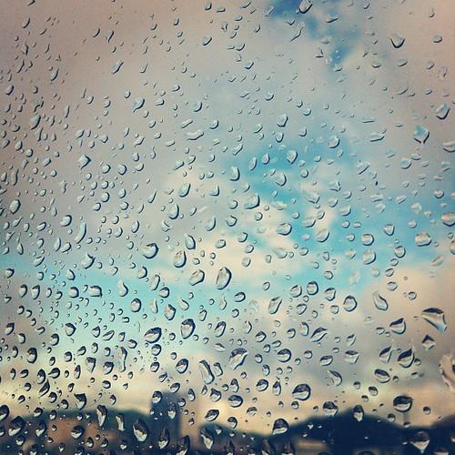 gotinhas na janela... hoje é mais um dia de chuva! ?