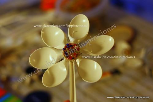 Manualidades: flores con cucharas de plástico para adornar las macetas
