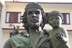 Monument of Che & child