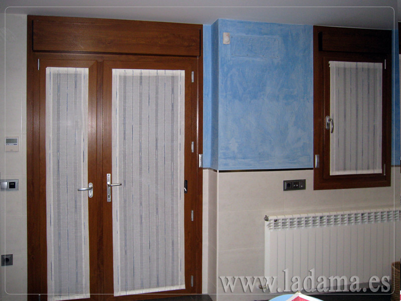 Fotograf as de cortinas de cocina la dama decoraci n - Visillos para puertas ...