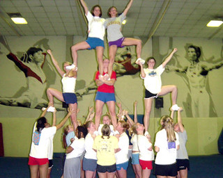 JMU all-girl cheerleading pyramid