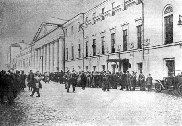 Запись в Белую гвардию возле здания Александровского военного училища