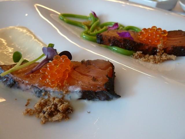 Salmón ahumado envuelto en alga nori sobre cremoso de parmesano y otro con espaguetis de judias verdes