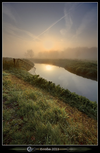 trees sun mist reflection fog sunrise canon fence river belgium belgique belgië 1020mm erlend muizen 60d erroba robaye