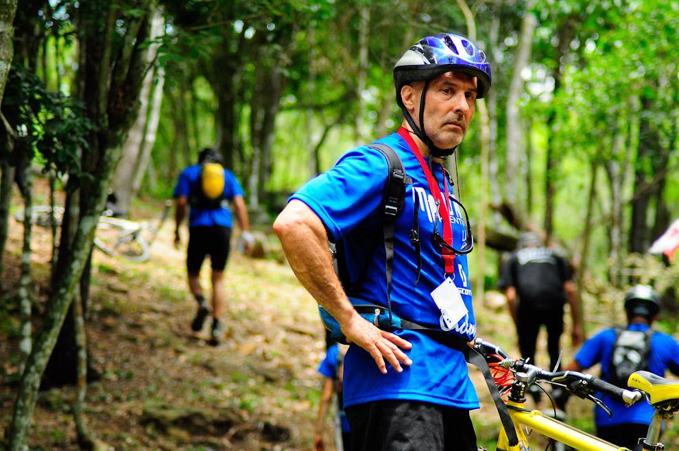Un ciclista  espera a su pareja para continuar el camino después de registrar su pasaje por un puesto de control en esa zona, el reglamento de la competencia obliga a los competidores a marcar sus credenciales para poder continuar con la aventura. (Elton Núñez)