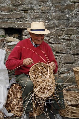 foto signore anziano fabbricano i cestini