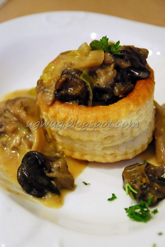 Feuillete Escargot - Snails in Puff Pastry with mushrooms and cream sauce