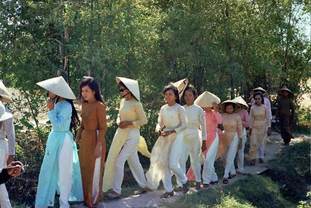 Đám cưới năm 1969 ở Quảng Trị - Bridal attendants; bride at end