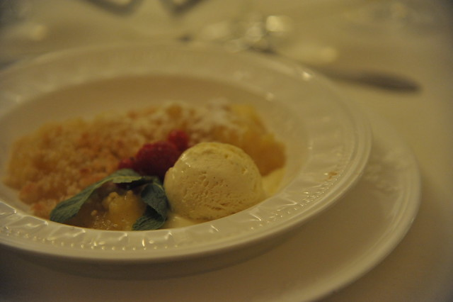 Apfelcrumble mit Vanilleeis