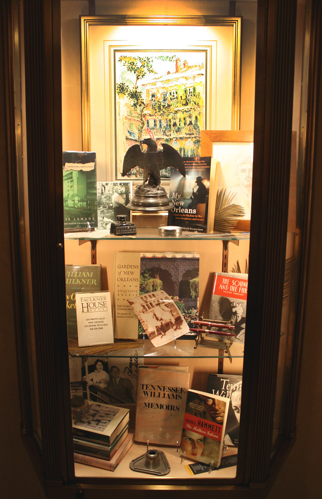 IMG_1501 Hotel Monteleone - authors display case