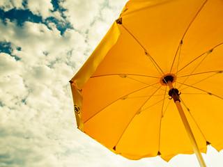 Bild av Spiaggia Corallina Stranden med en längd på 398 meter. sky italy beach umbrella hilton cielo sicily taormina sicilia 2011 ombrellone giardininaxos