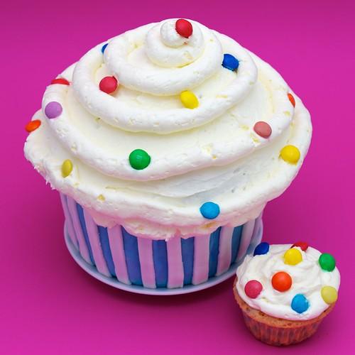 Gigantyczny cupcake z młodszym bratem... by CupcakeLovePL