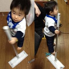 フロアワイパーでお掃除するとらちゃん(2012/1/23)