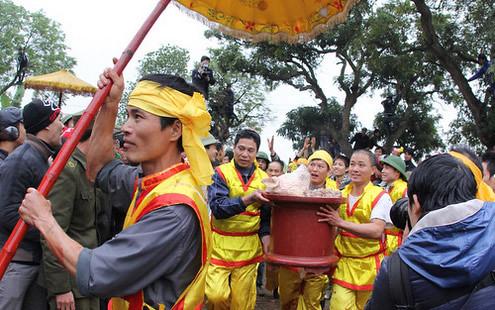 6794336655 aac30ca52f Lễ hội Chạy lợn ở Hà Nội Nóng bừng 3 phút mổ lợn khao quân