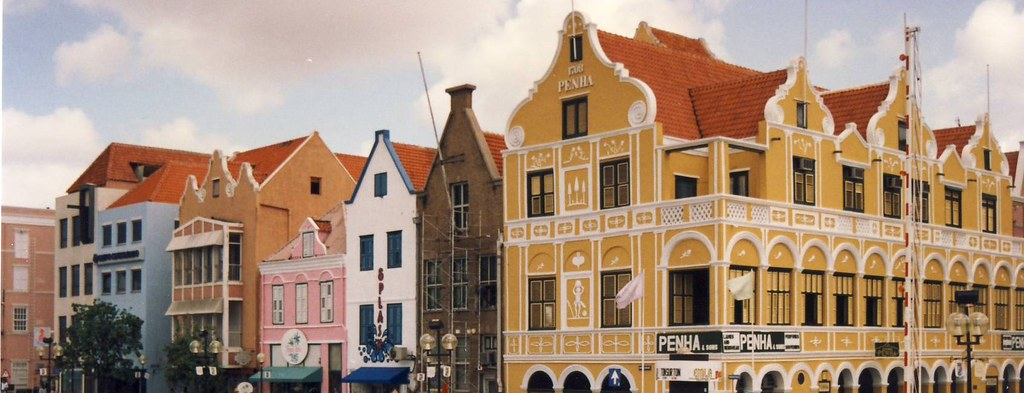 Curacao: Pretty, colourful facades of Willemstad houses near the canal