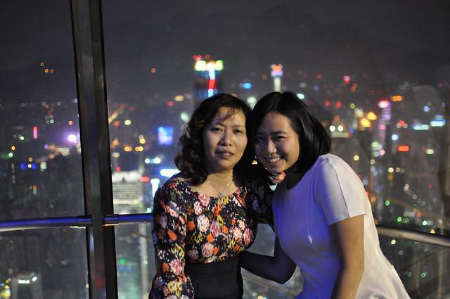 M和M的妈妈在摩天轮上的合照