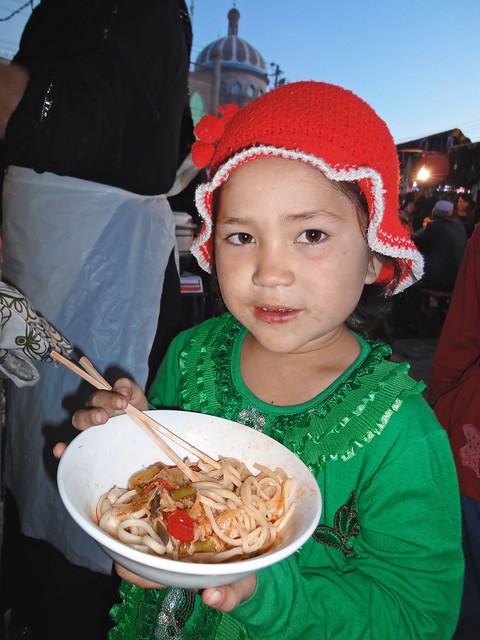 カシュガル、ラグメンを食べる少女
