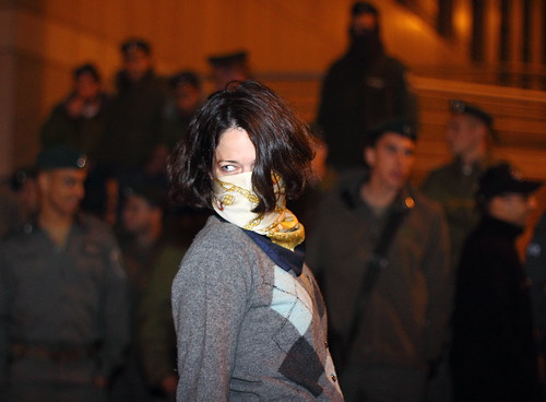 ללא מורא. אחת המפגינות מול השוטרים אמש.