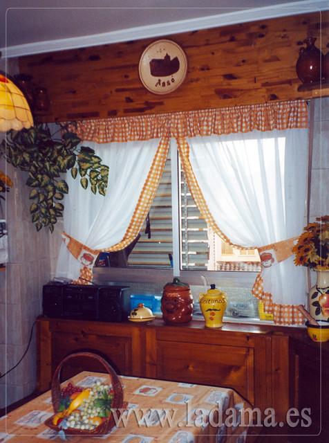 Cortinas recogidas con abrazaderas y volantitos en cocina - Abrazaderas para cortinas ...