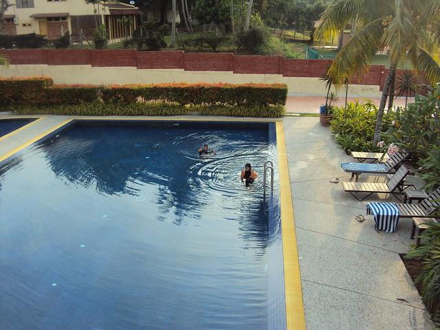 Dua orang budak tak menyabo terjun kolam