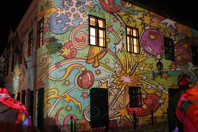 Un edificio iluminado en Székesfehérvár